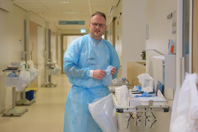 Willem Marsman pakt bij ziekenhuis MST zijn verleden als verpleegkundige weer op als ondersteuning van zijn oud-collega's.