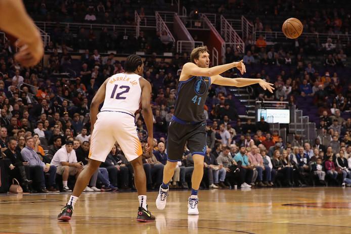 Dirk Nowitzki (#41) in actie voor de Dallas Mavericks.