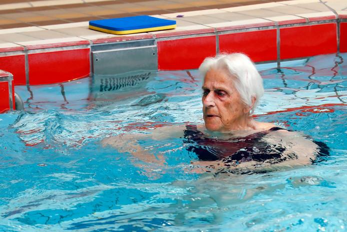 Mevrouw van Diesen tijdens zwemles