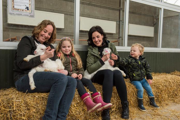 Links Marleen Köhler en rechts Sarah Aarts-Köhler en haar kinderen Amy en Ben.