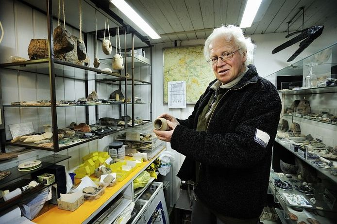 De Osse amateur-archeoloog Gerard Smits bij zijn verzameling in de kelder. Foto Chris van Cromvoirt