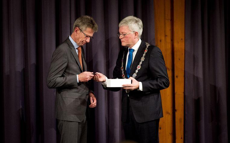 Burgemeester Theo Weterings (R) reikt de herdenkingspenning MH17 uit aan Huib Gorter (L). Beeld anp