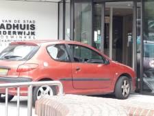 Auto ramt stadhuis Harderwijk, bestuurder aangehouden