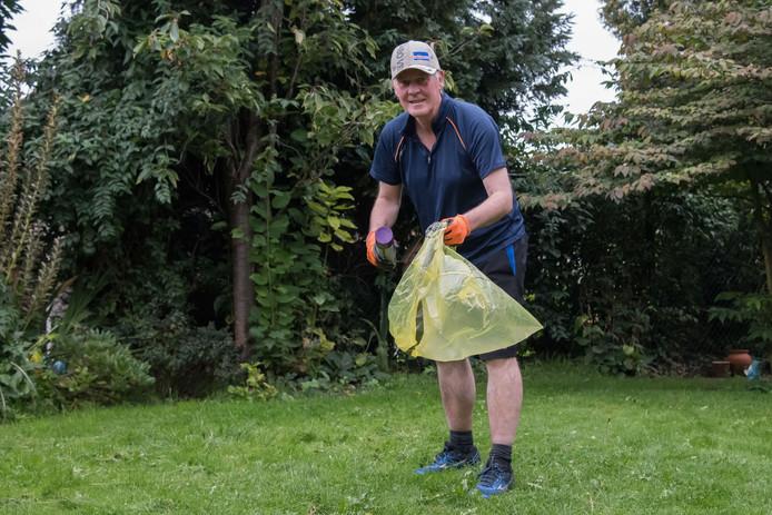Ben Sonneveld, fractievoorzitter van Leefbaar Zeewolde, raapt al joggend afval op. Meer mensen uit Zeewolde gaan dat straks doen.