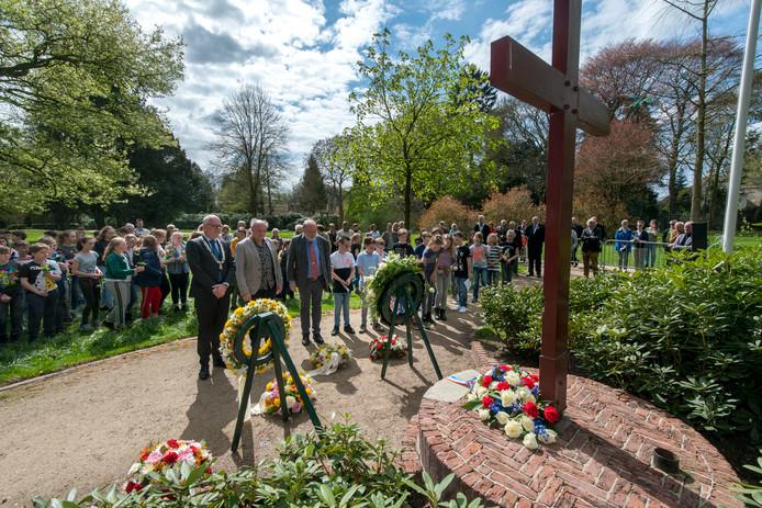 Kranslegging bij het oologsmonument in het Carolinapark in Dieren. Op 16 april 1945 werd Dieren bevrijd van de Duitse bezetter.