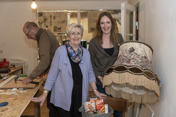 Liza de Bie (rechts) met vrijwilliger Corry Slager van het Watersnoodmuseum.