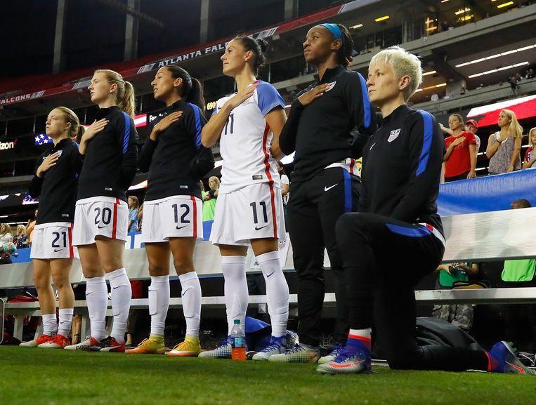Het bewuste beeld van Megan Rapinoe, die knielt voor de start van een wedstrijd. De verplichting om recht te staan, is intussen geschrapt.