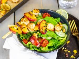 Wat Eten We Vandaag: Salade met gegrilde coquilles, nectarine en pistachenoten