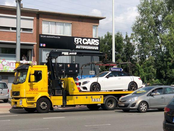 Een dure Mercedes wordt op een takelwagen gehesen.