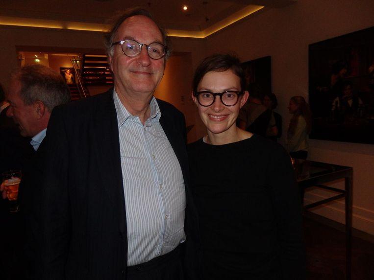 D66-senator Alexander Rinnooy Kan, enkele jaren tot invloedrijkste van Nederland benoemd en hier gewoon aan de bar, met dochter Willemijn Beeld Schuim