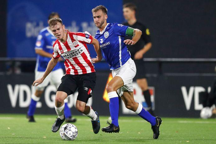 Toni Lato namens Jong PSV in actie tegen FC Den Bosch. PSV deed afgelopen zomer veel moeite om Lato naar Eindhoven te halen, maar de Spanjaard is inmiddels gedegradeerd tot derde keus op de linksbackpositie.