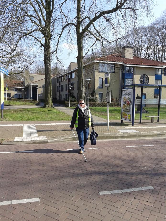 Liam Schuurmans steekt bij verzorgingshuis De Vlasborch in Vught de straat over.
