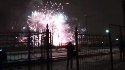 Indrukwekkende beelden: gigantisch vuurwerk barst los door brand in opslagplaats voor vuurpijlen