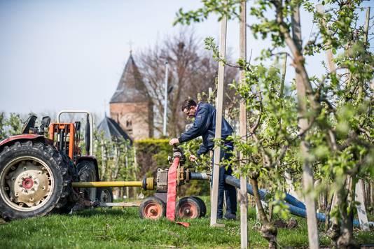 Wessel van Olst pompt op zijn boomgaard in Ressen grondwater op.