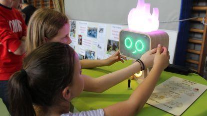 """Leerlingen Sint-Paulus onthullen zelf uitgevonden robot: """"Dankzij 'Pieksie' kunnen we meer met onze ouders spelen"""""""