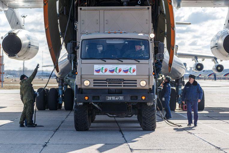 Rusland stuurde vorige week negen toestellen met medische hulpmiddelen naar Italië. Ook China leverde producten waar een tekort aan is. Beeld AFP