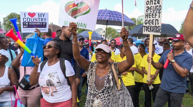 Demonstranten op het Onafhankelijkheidsplein in Paramaribo. Beeld Jurgen Lachman