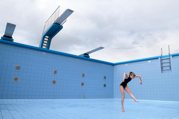 Dans in een leeg zwembad Wolfslaar in Breda