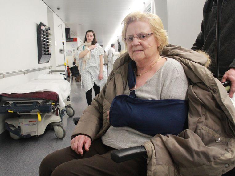 """Nicole Dewaegeneire viel te voet op de terugweg van de tandarts. """"Ik ben op mijn schouder en heup terechtgekomen. Mijn schouder is gebroken en door de pijn in mijn heup kan ik voorlopig niet stappen."""""""