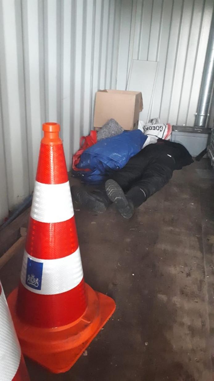 Een medewerker schrok zich wild toen hij bij het openen van de container dit tafereel aantrof.