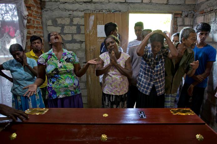 Familieleden rouwen om de dood van een twaalfjarig meisje.