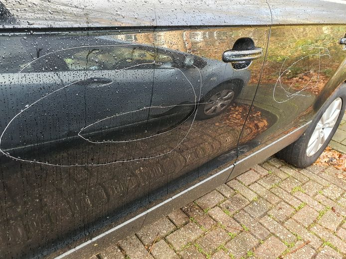 De cirkelvorminge krassen zitten op de deuren aan de bestuurderskant van de auto.