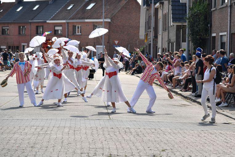 Enthousiaste dansgroepen fleuren het geheel extra op.