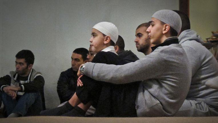 Jongeren tijdens een lezing in een salafistische moskee. Beeld Bas Bogaerts