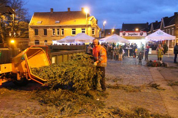 De kerstboomverhakseling in Krottegem. Dit jaar werden er 3.000 bomen verhakseld.