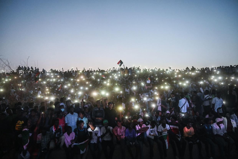 Soedanezen protesteren met hun telefoon-zaklamp tijdens een 'million strong'- mars.