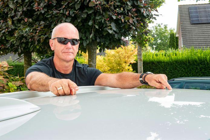 Paul te Kiefte wijst op de deuk in de dak van zijn auto na een wasbeurt in de wasbeer.