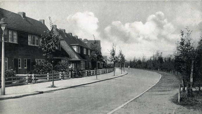 De enkele honderden meters lange Dollardstraat ligt in de Rivierenbuurt. Deze foto is gemaakt in 1937.