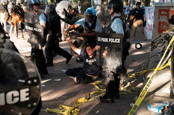 De oproerpolitie veegde Lafayette Park met geweld schoon.
