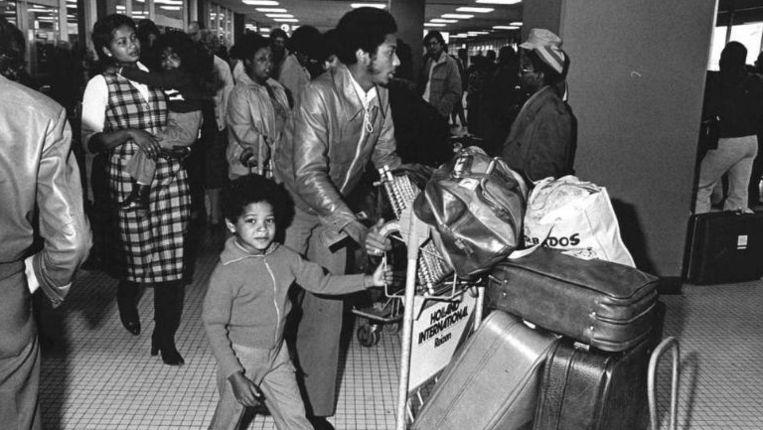 Aankomst van Surinaamse immigranten op Schiphol. Beeld ANP