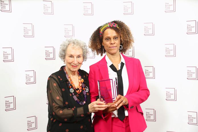 Margaret Atwood (links) en Bernardine Evaristo houden samen de Booker Prize vast in de Guildhall in Londen.