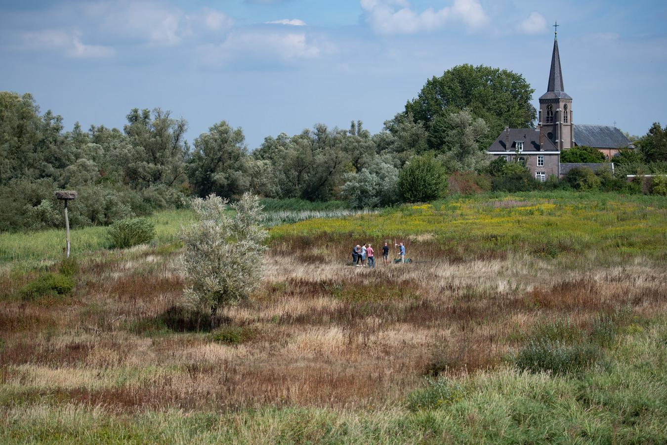 Onder de rook van de kerk van Kekerdom leken afgelopen zomer als gevolg van de droogte de contouren van het oude klooster, de Stiftshof, ineens te zien. Later bleek de exacte plek toch iets meer richting kerk te liggen.