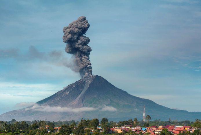 Sinabung was eeuwenlang inactief, tot hij in 2010 explodeerde. Sindsdien is de berg zeer actief