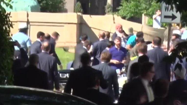 16 mei 2017: beveiligers van de Turkse president Erdogan raken slaags met demonstranten aan de Turkse ambassade in Washington DC.