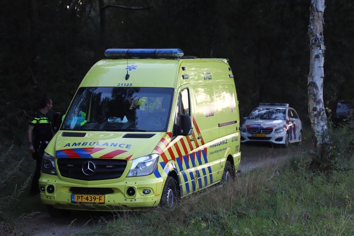 De man werd met een ambulance naar een ziekenhuis gebracht.