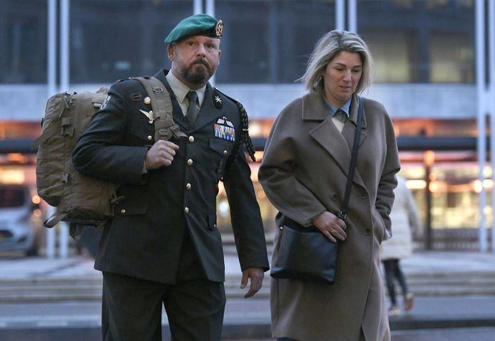 Marco Kroon verschijnt met zijn vrouw en in uniform bij de rechtbank in Arnhem.
