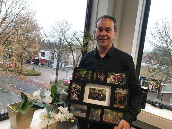 """Henk Veenstra met foto's van de Zonneweken in Nijverdal. """"We hebben het vorig jaar voor de eerste keer georganiseerd in de zomer en dat was een groot succes."""""""