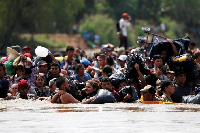 Migranten uit Midden-Amerika steken de Suchiate-rivier tussen Guatemala en Mexico over. 3000 mensen hopen zo uiteindelijk de Verenigde Staten te bereiken. President Trump stuurt het leger naar de grens om ze tegen te houden.
