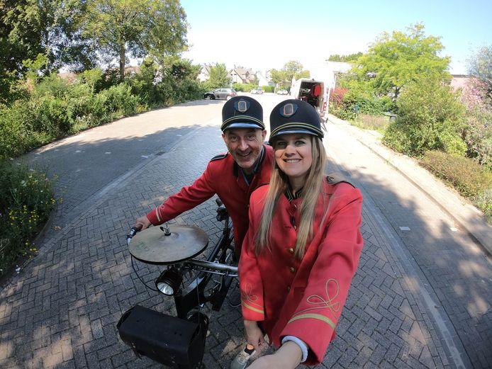 Marleen tijdens het filmen met een lid van het fietsorkest.