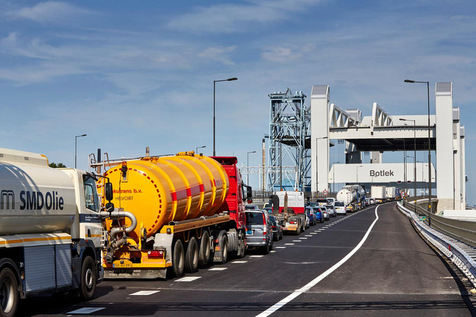 Deze week waren kort na elkaar de 95ste en 96ste storing aan de Botlekbrug.
