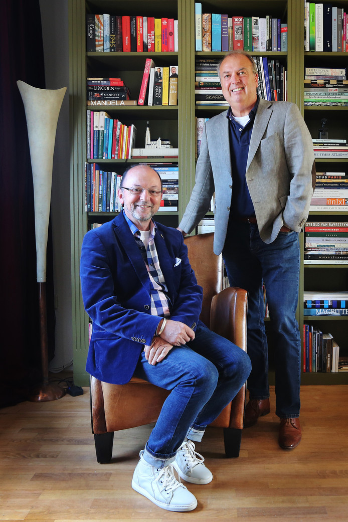 """Peter van der Velden (staand) en Paul Schnabel: """"Ach, die roep om controle en soevereiniteit. Vroeger was het energiebedrijf van de gemeente, maar denk je nu echt dat de burgerij daar iets te vertellen had? Die controle is een illusie."""""""