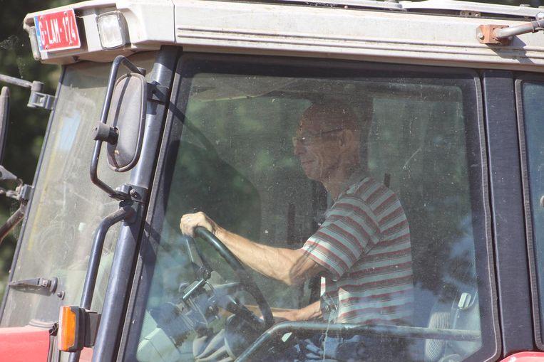 Landbouwer Willy Verdonck gisteren, alweer druk in de weer met zijn tractor op het veld.