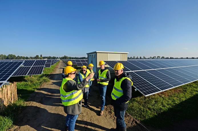 Bezoekers krijgen tijdens de open dag uitleg over het Zonnepark Oosterweilanden in Vriezenveen dat 37.664 panelen telt.