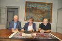 Het schilderij 'Werf Ruijtenberg' is voortaan te zien in de consistorie van de Hervormde Kerk in Waspik. Donderdagochtend werden de papieren getekend.