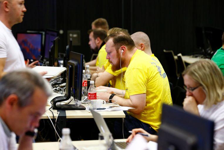 Deelnemers aan Locked Shields, een cyberoefening van Navo-landen, eind april aan het werk in Tallinn. Beeld REUTERS