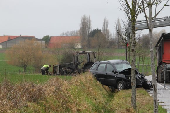 Het wrak van de tractor na het ongeval en de brand.